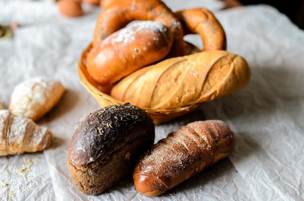 Stillleben mit brotprodukten. frisch gebacken