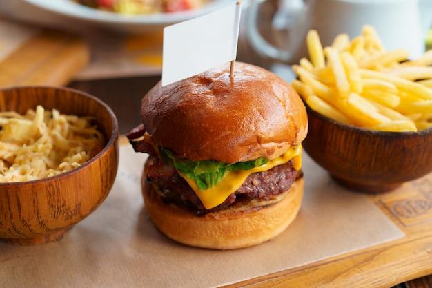 Stillleben mit burger-fast-food-menü und pommes