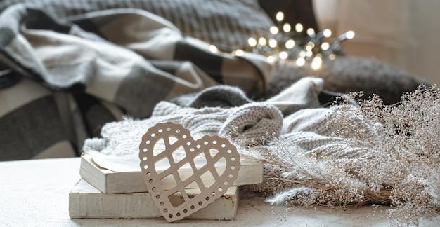Stillleben mit dekorativen herzen und büchern auf unscharfem hintergrund mit bokeh. das konzept des valentinstags und des wohnkomforts.