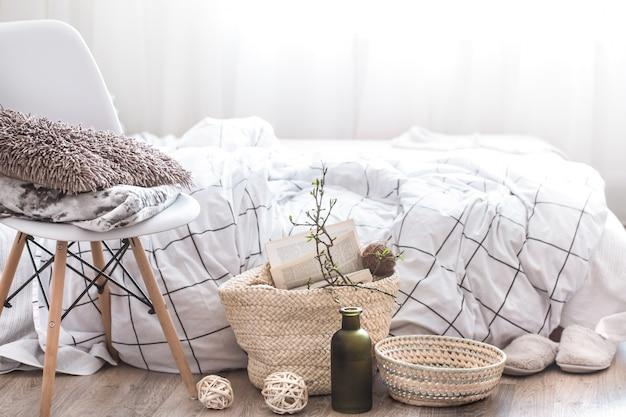 Stillleben mit details der wohnkultur in einem gemütlichen innenraum des raumes