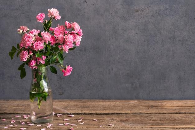 Stillleben mit einem schönen strauß rosa rosenblüten.