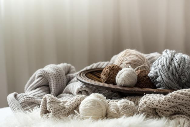 Stillleben mit einer gemütlichen strickvielfalt zum stricken.