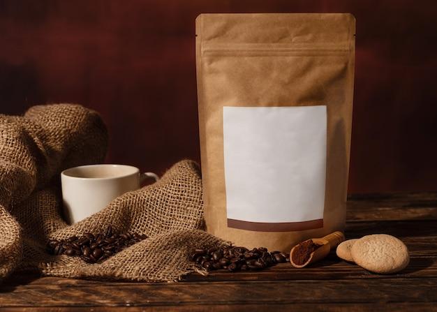 Stillleben mit einer tasse kaffee, kaffeepfanne, bohnen und köchen