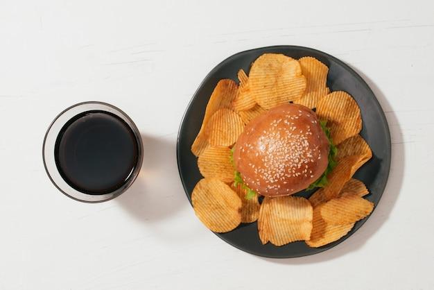 Stillleben mit fast-food-hamburger-menü, pommes frites und ketchup
