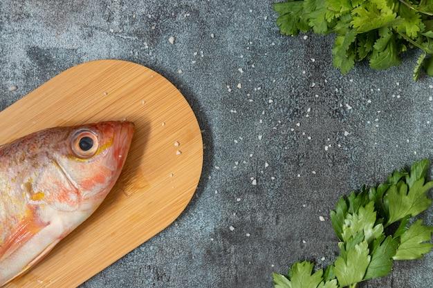 Stillleben mit frischem fisch und peruanischen zutaten zum kochen