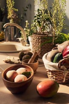 Stillleben mit frischem obst und gemüse auf dem küchentisch