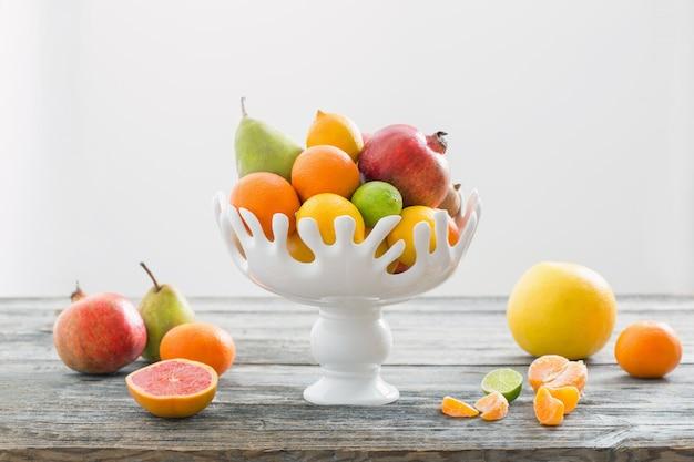 Stillleben mit früchten in der vase