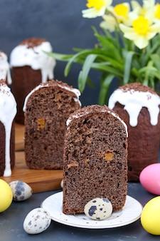 Stillleben mit hausgemachten schokoladen-osterkuchen und bunten eiern