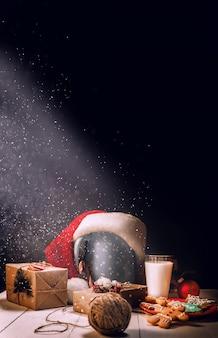 Stillleben mit ingwerplätzchen und milch. glas weihnachtsgeschenke. weihnachtskonzept.