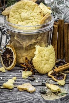 Stillleben mit keksen und gewürzen auf holz