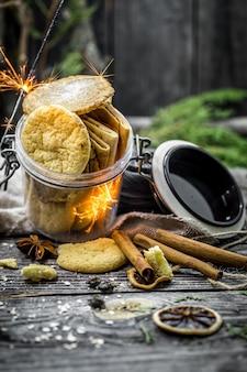 Stillleben mit keksen und lichtern