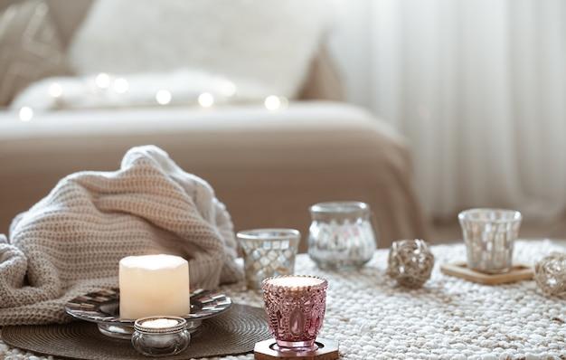 Stillleben mit kerzen auf dem tisch im wohnzimmer.
