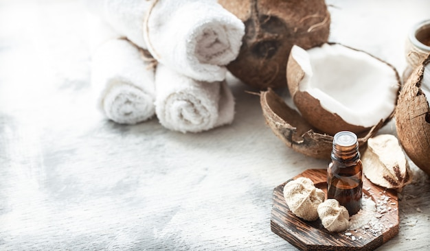 Stillleben mit kokosöl in einer flasche und frischer kokosnuss