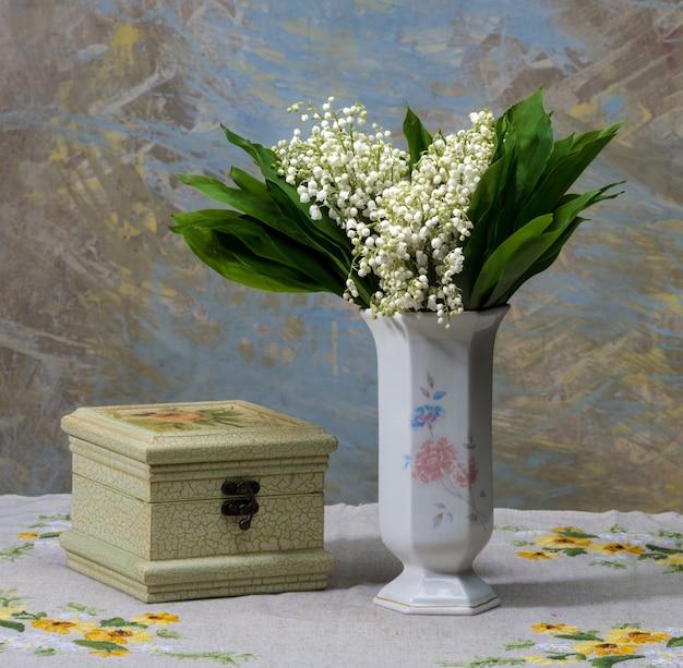 Stillleben mit maiglöckchen in der vase