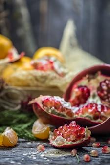 Stillleben mit mandarinen und granatapfel