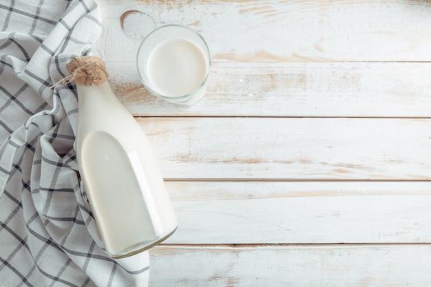 Stillleben mit milchprodukten, milch, eiern, brot