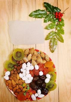 Stillleben mit nüssen und dörrobst im weihnachtlichen stil