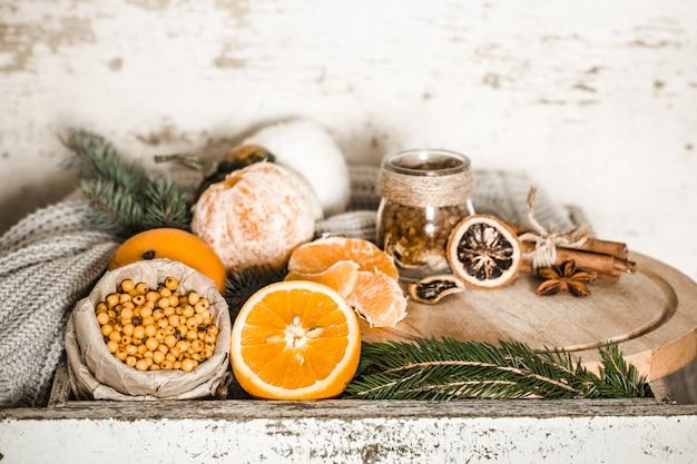 Stillleben mit orange und sanddorn