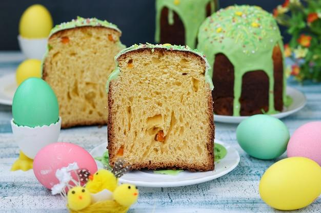 Stillleben mit osterkuchen und bemalten eiern
