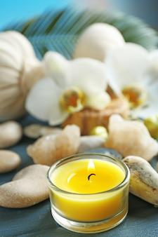 Stillleben mit schöner blühender orchideenblume, spa-behandlung auf holztisch