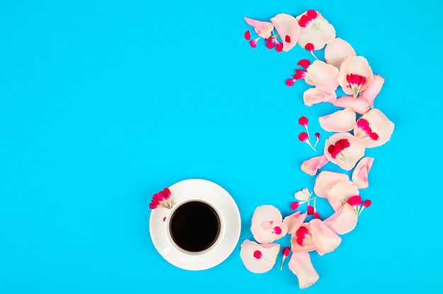 Stillleben mit tasse kaffee und blumen. schönes morgenkonzept