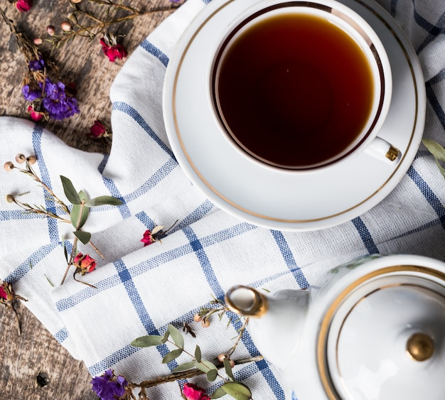 Stillleben mit teeschale und tischdecke auf holztisch
