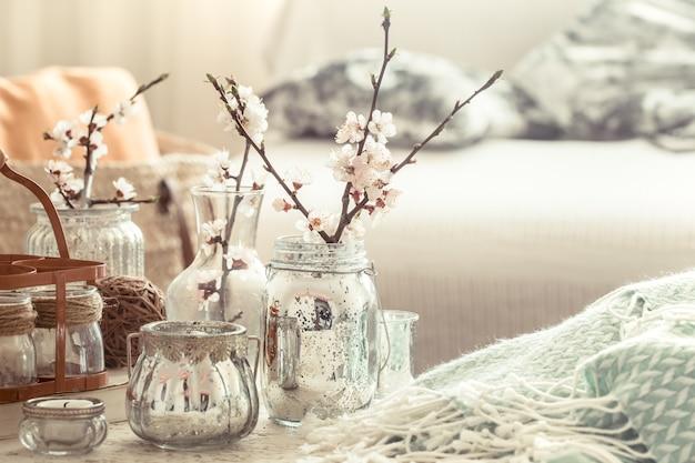 Stillleben mit vasen mit frühlingsblumen im wohnzimmer