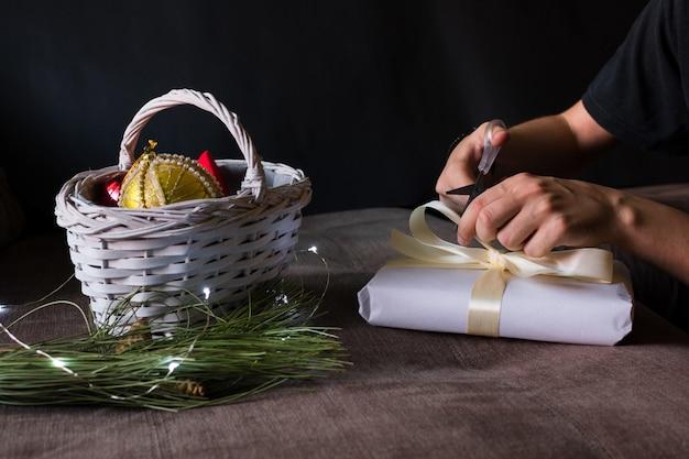 Stillleben mit weihnachtsaccessoires auf schwarz,