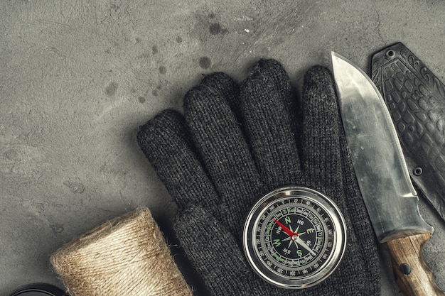 Stillleben mit werkzeugen zum wandern oder reisen mit kompass