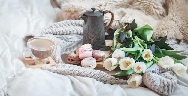 Stillleben morgenfrühstück mit kaffee und makrone