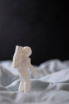 Stillleben-raum-arrangement mit astronauten