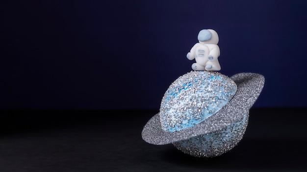 Stillleben-raumkomposition mit weißem astronaut