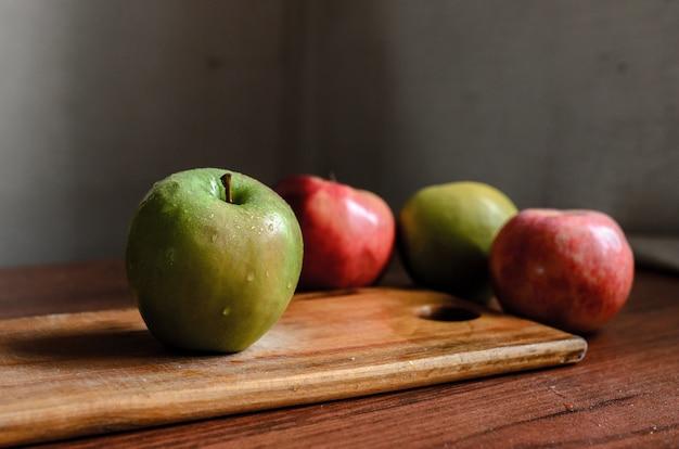 Stillleben von äpfeln auf dem tisch.