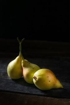 Stillleben von äpfeln und birnen auf dem tisch. herbststimmung.