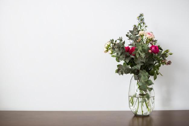 Stillleben von blumen mit exemplar