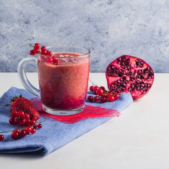 Stillleben von gesunden granatapfel-smoothie