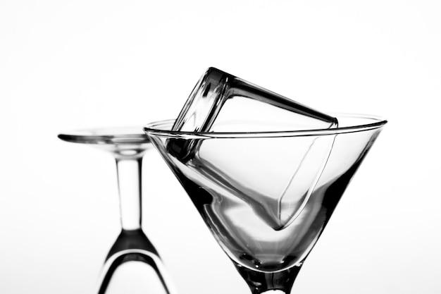 Stillleben von glasgläsern auf einem weißen hintergrund