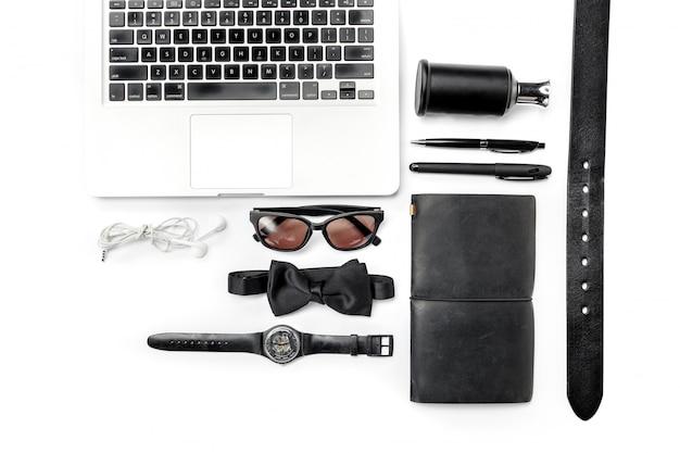 Stillleben von legerer mann. modernes männliches zubehör und laptop auf weiß