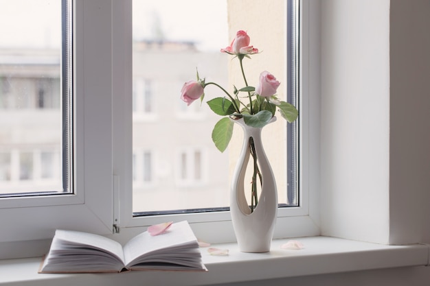 Stillleben von rosa rose in keramikvase