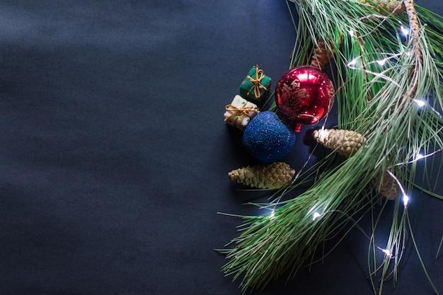 Stillleben von weihnachtszubehör auf schwarzem