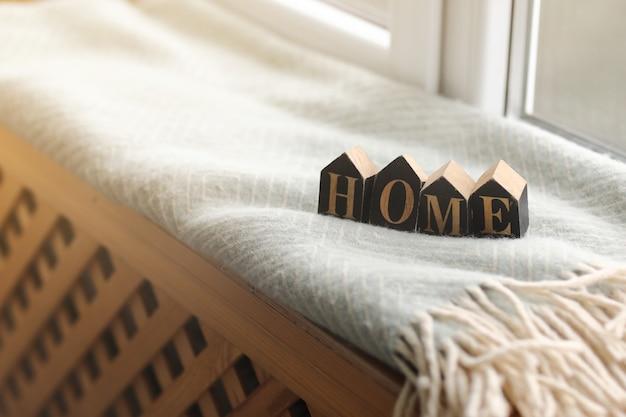 Stillleben wohnkultur in einem gemütlichen haus mit holzbuchstaben mit der inschrift nach hause