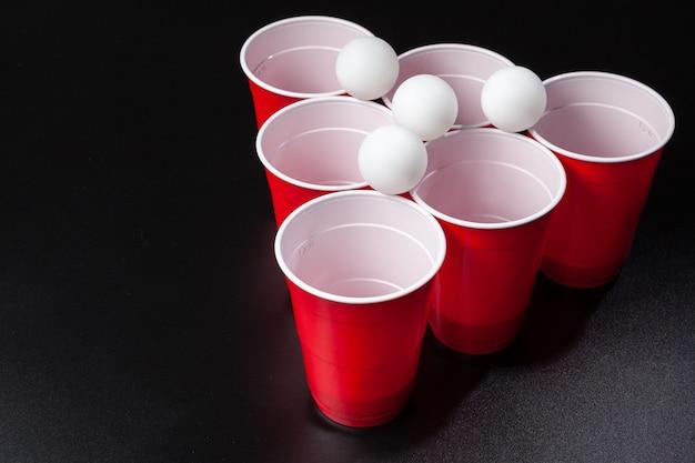 Stilllebenaufnahme eines bier-pong-spiels