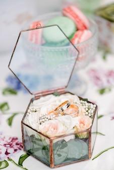Stilllebenbrautmorgen, teller mit tasse tee, champagnerglas, eheringen und blumenblumenstrauß