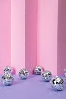 Stilllebenkomposition von miniaturdiscokugeln