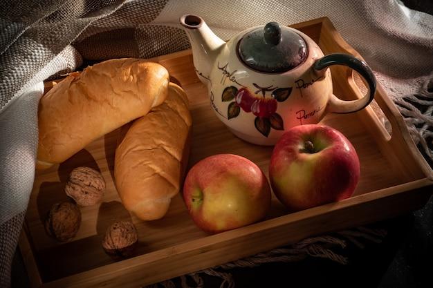 Stilllebenzusammensetzung mit äpfeln und walnüssen