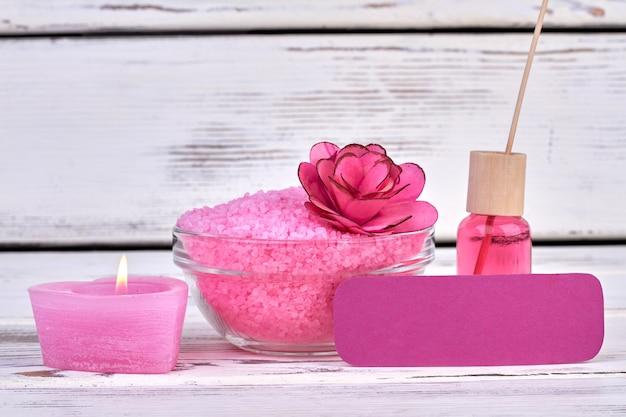 Stilllebenzusammensetzung rosa zubehör für spa. weißer holzhintergrund.
