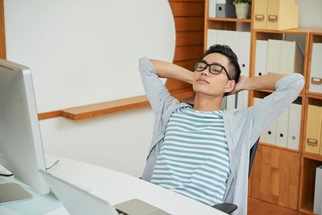 Stillstehender büroangestellter im stuhl