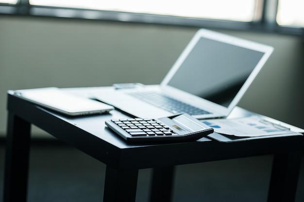 Stilvoll und edel der laptop am arbeitsplatz