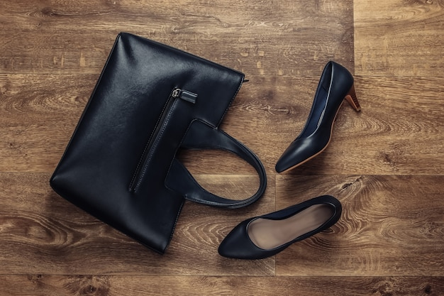 Stilvolle accessoires für frauen auf dem boden. fashionista. schuhe mit hohen absätzen, tasche. draufsicht. flacher laienstil