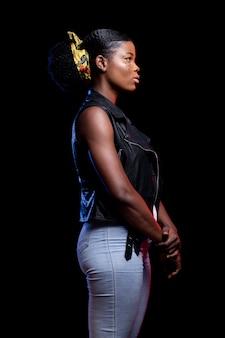 Stilvolle afrikanische frau der seitenansicht, die aufwirft